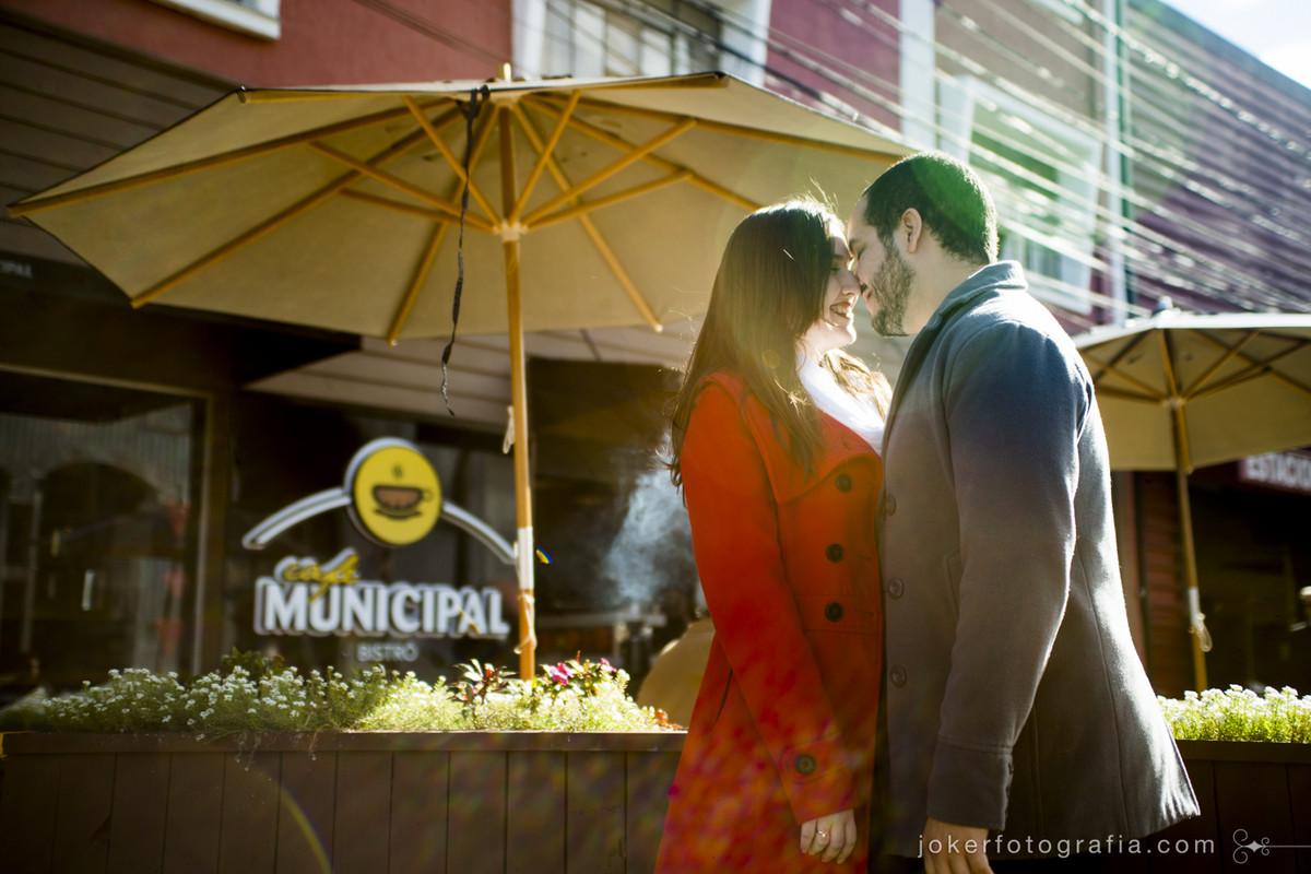fotógrafo faz ensaio de casal urbano no Café Municipal Bistrô em Curitiba em clima de outono