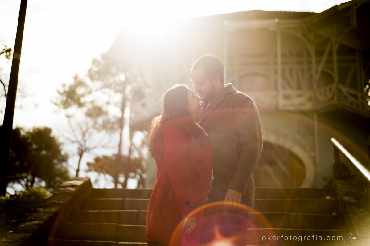 fotógrafo faz book de casal em clima de outono no largo da ordem em curitiba
