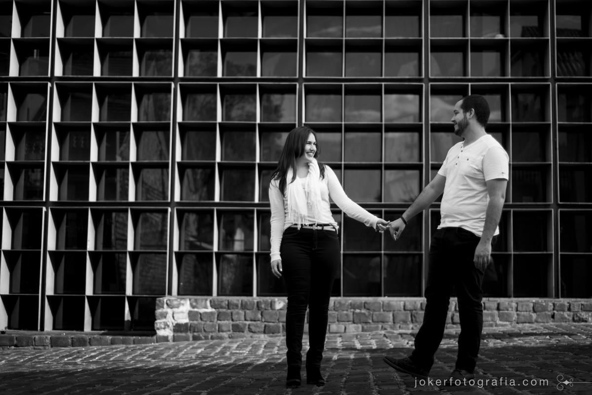 Arquitetura de curitiba é cenário para ensaio de casal com temática urbana