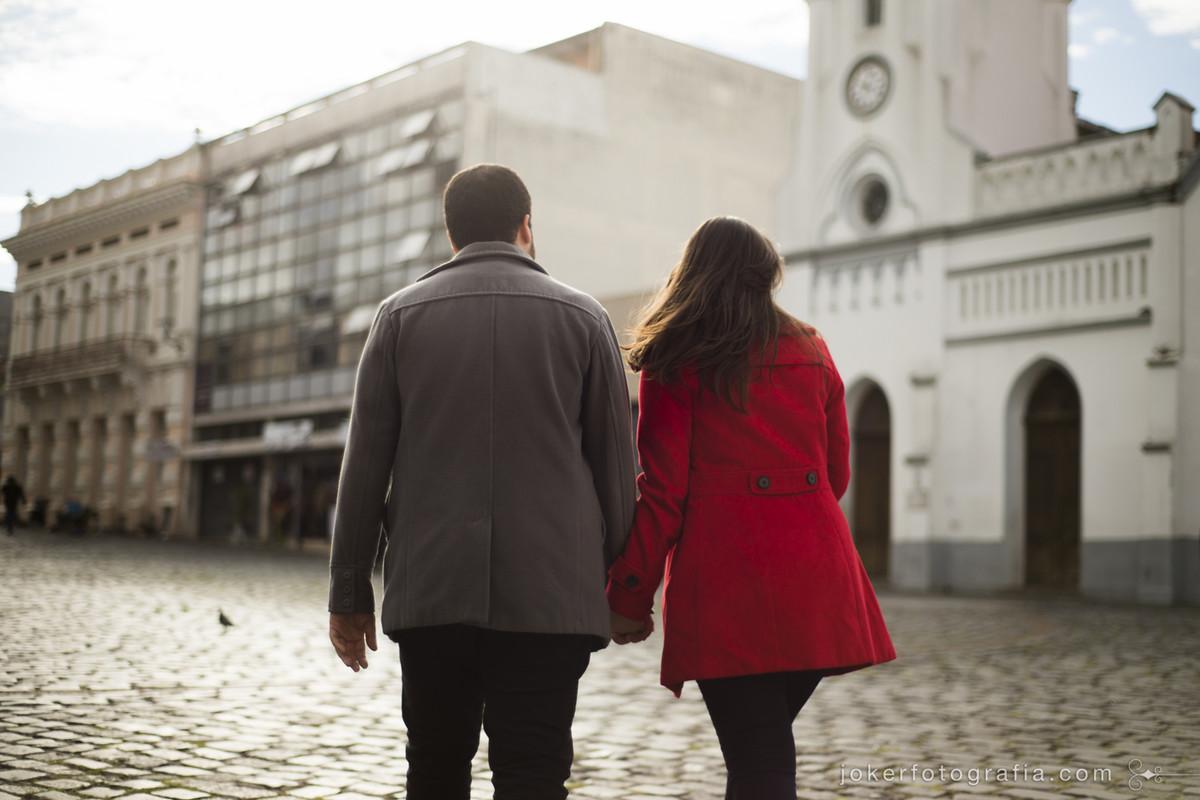 fotógrafo curitibano faz ensaio de casal no largo da ordem com temática urbana e documental