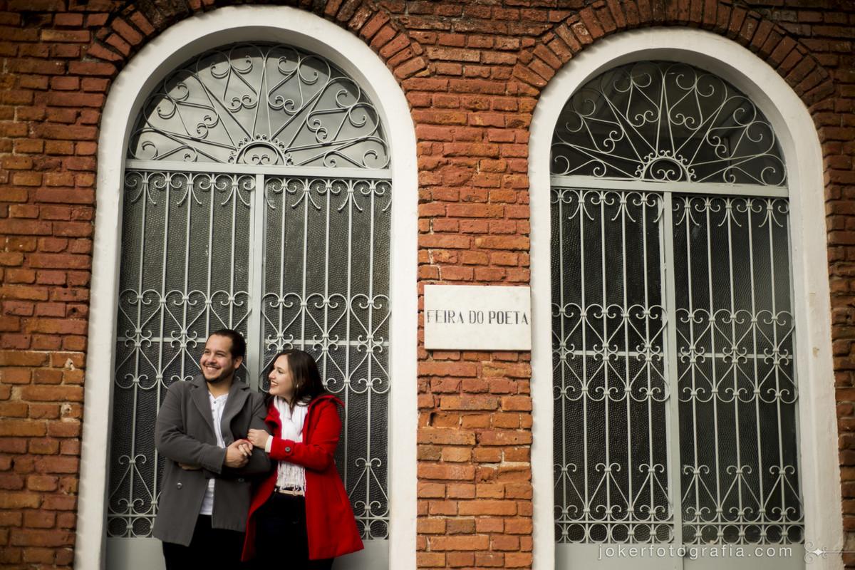 casal apaixonado por literatura faz ensaio pré casamento em Curitiba na Feira do Poeta