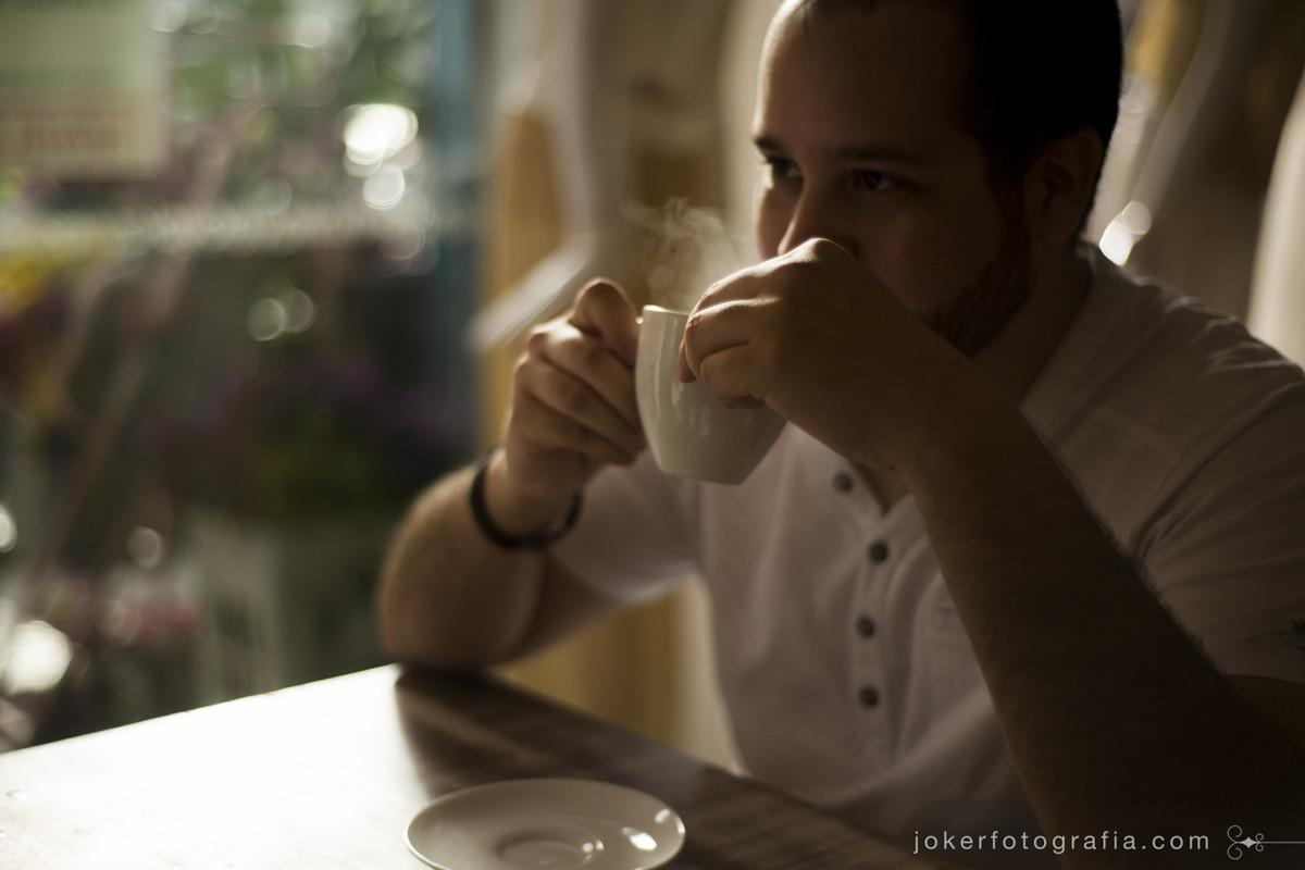 fotógrafo de Curitiba faz ensaio de casal em cafeteria fofa da cidade