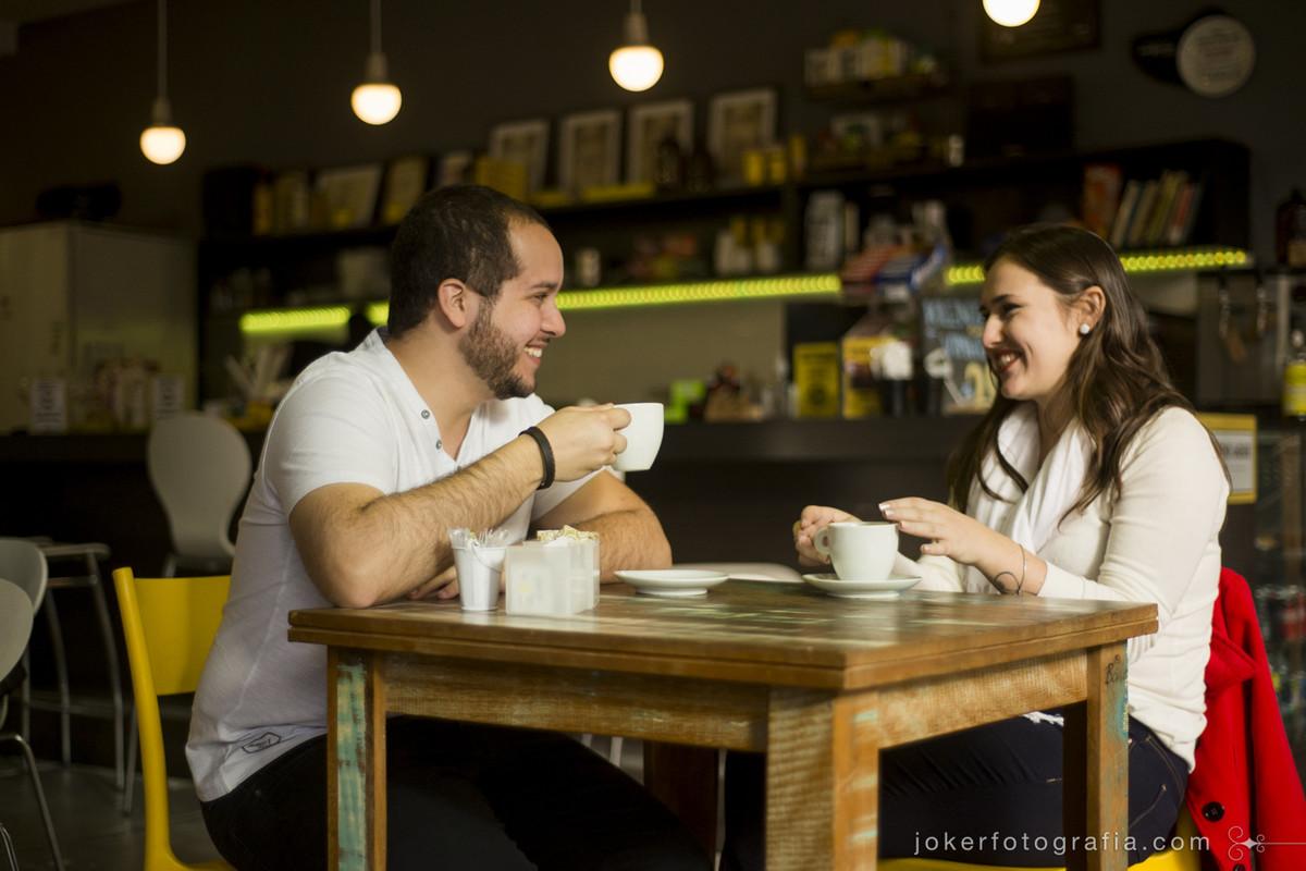 novo louvre café e coworking em curitiba é cenário para ensaio pré casamento