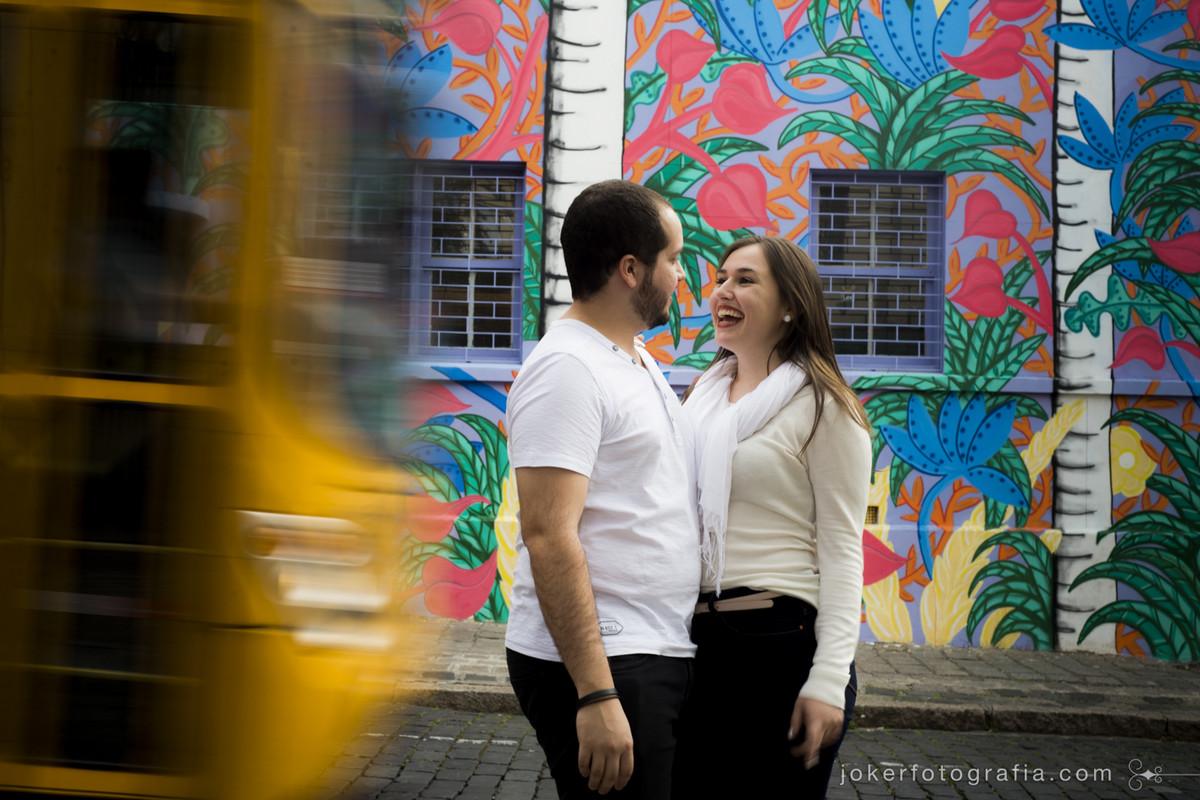 Melhores fotógrafos de Curitiba usam linguagem fotográfica única e registram ônibus amarelo característico da cidade