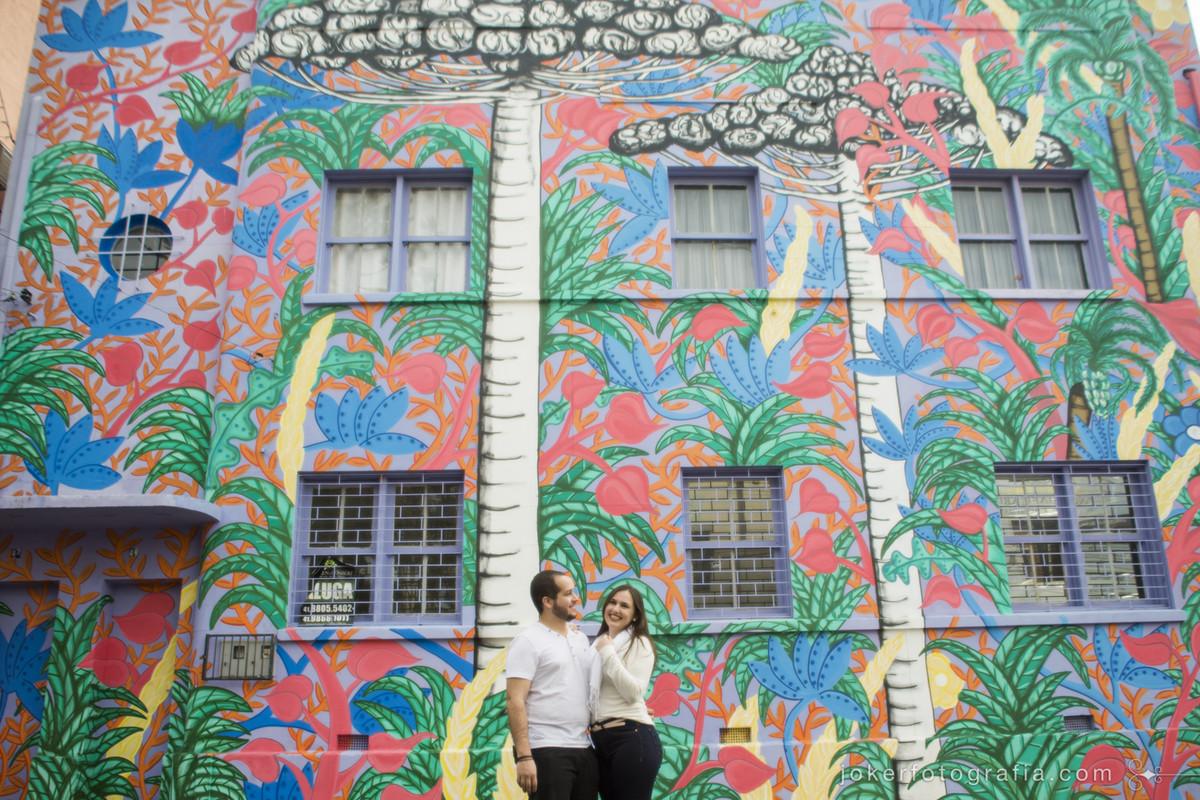 Fotógrafo registra arte urbana em Curitiba e o grafitti colorido representando a araucária símbolo do Paraná