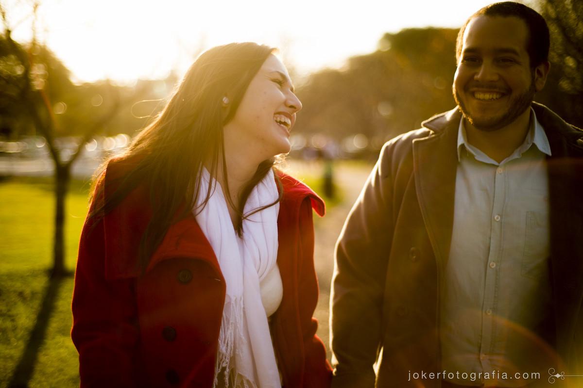 Fazer seu ensaio de casal pré wedding no frio pode ser muito elegante, pois o sol de outono e inverno é incrível para as fotos