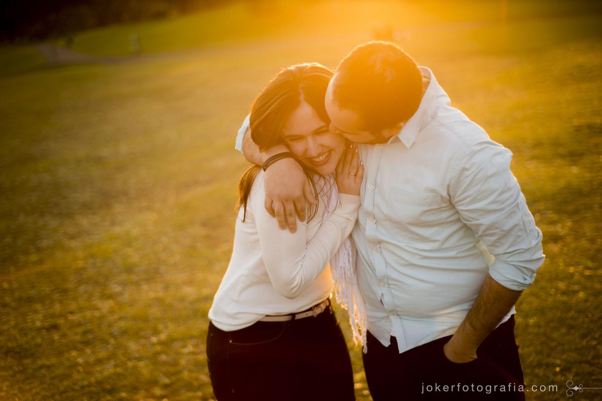 ensaio de casal ao pôr do sol em Curitiba