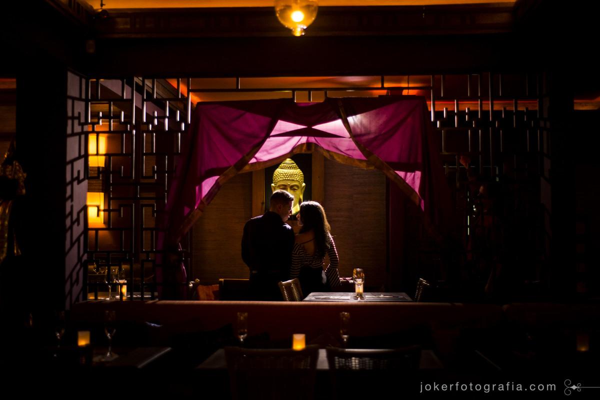 estúdio de fotografia em curitiba faz ensaio romântico de casal no restaurante thai