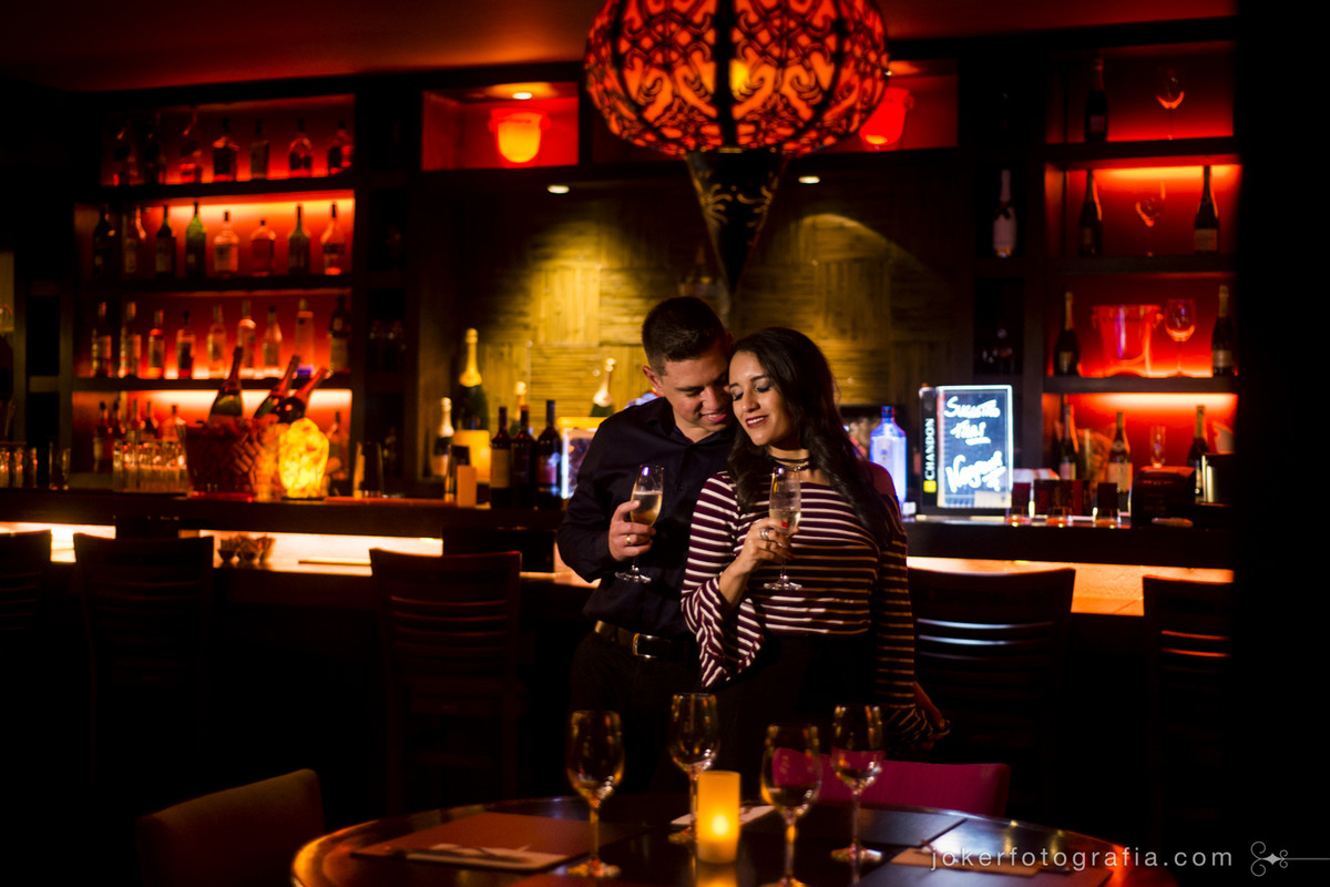 ensaio romântico de casal no bar do restaurante thai
