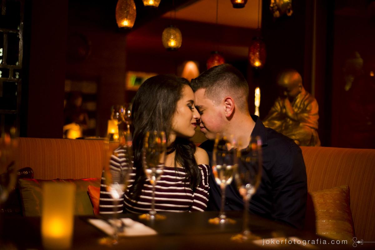ensaio de casal romântico com jantar à luz de velas