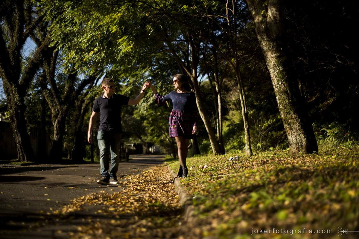 ensaio pre wedding no outono curitibano com folhas douradas e por do sol