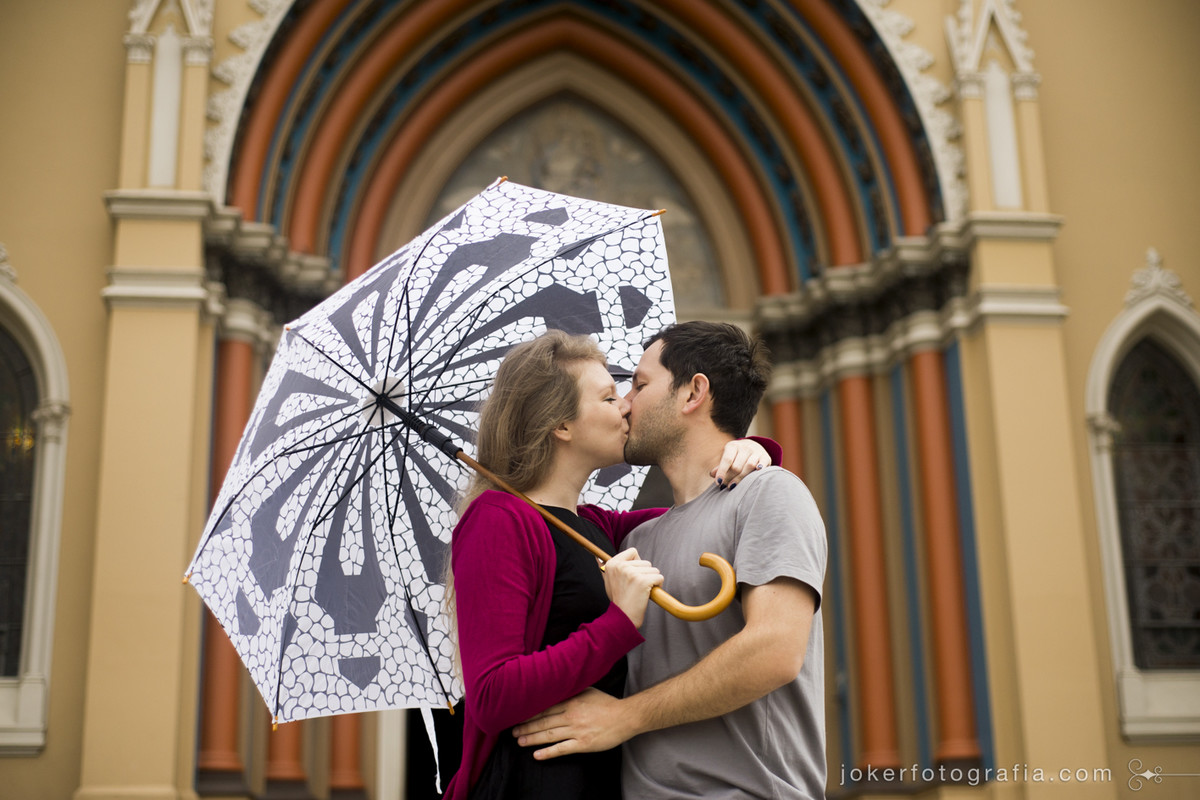 022_ensaio_com_guarda_chuva_catedral_curitiba_centro_pre_wedding_igreja_fotografo_curitiba_casamento