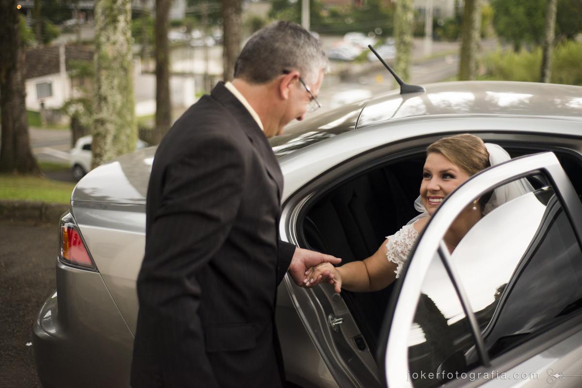 023_noiva_chegando_carro_pai_da_noiva_casamento_de_dia
