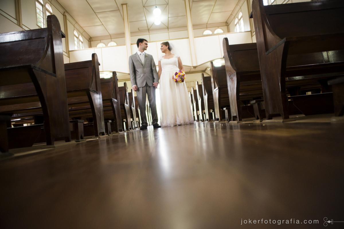 050_casamento_de_dia_igreja_simples_lindo_ensaio_de_noivos_na_igreja_casamento_vintage