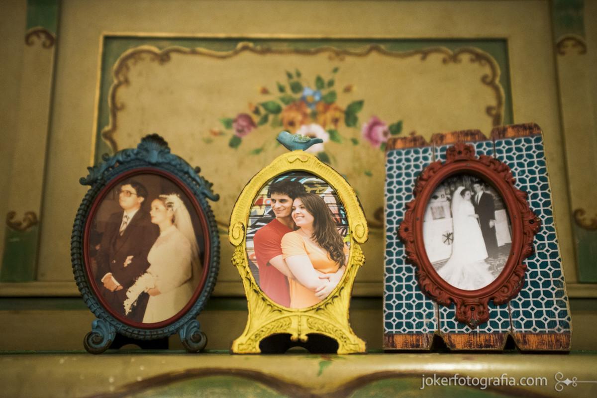 foto do casamento dos pais na decoração com porta retrato