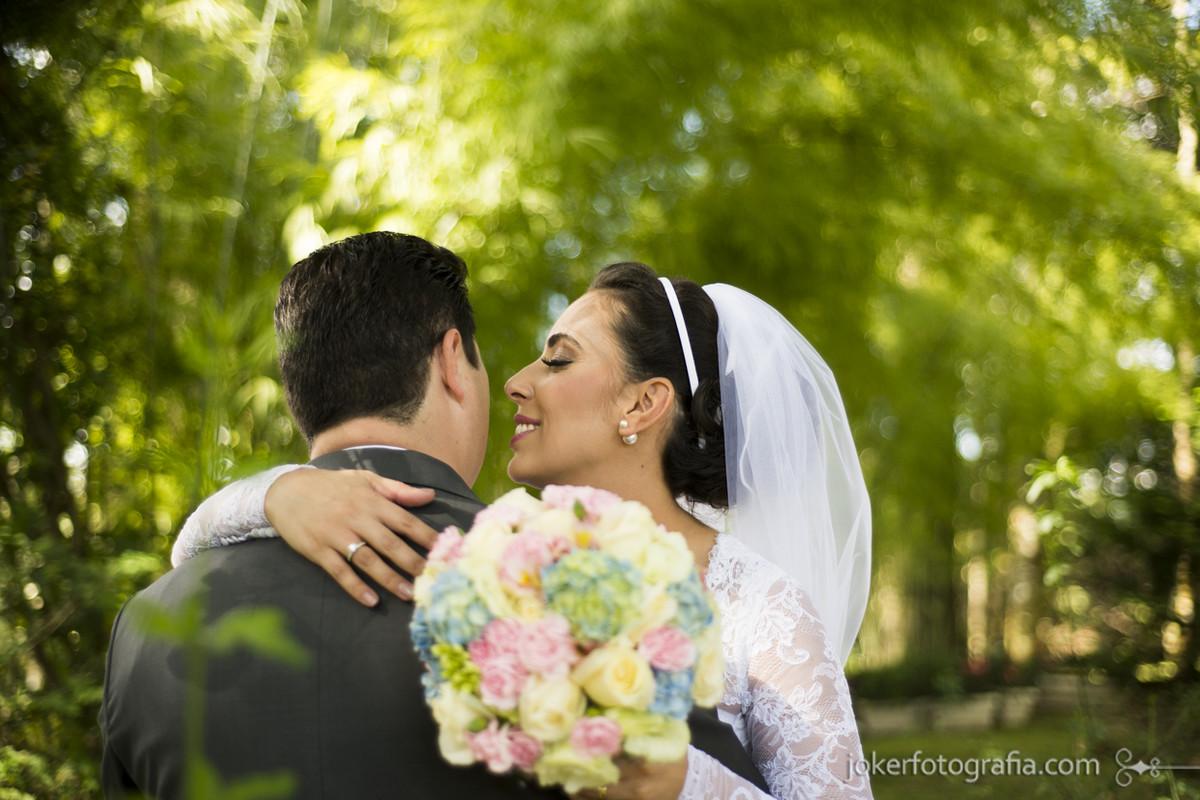 fotógrafo insiste case de dia casamento na natureza