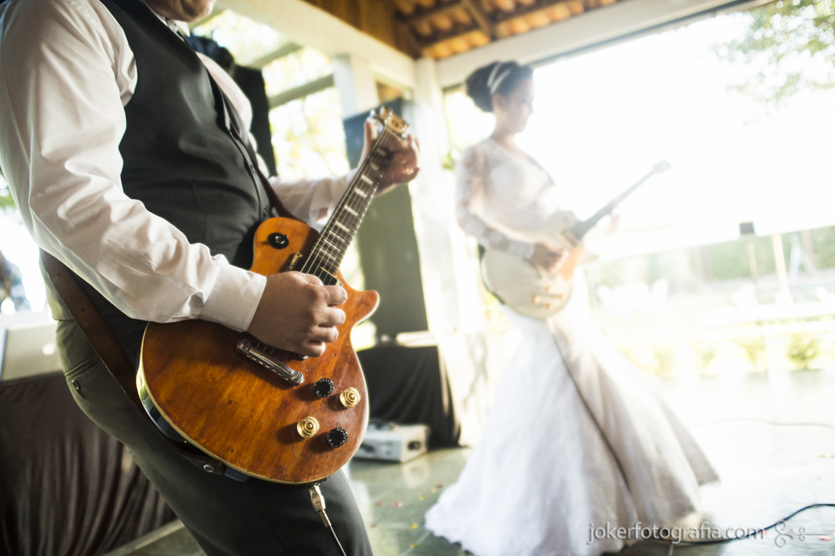 noivos tocando guitarra casamento rock n roll