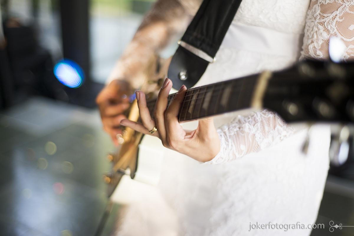 noiva tocando guitarra no dia do casamento