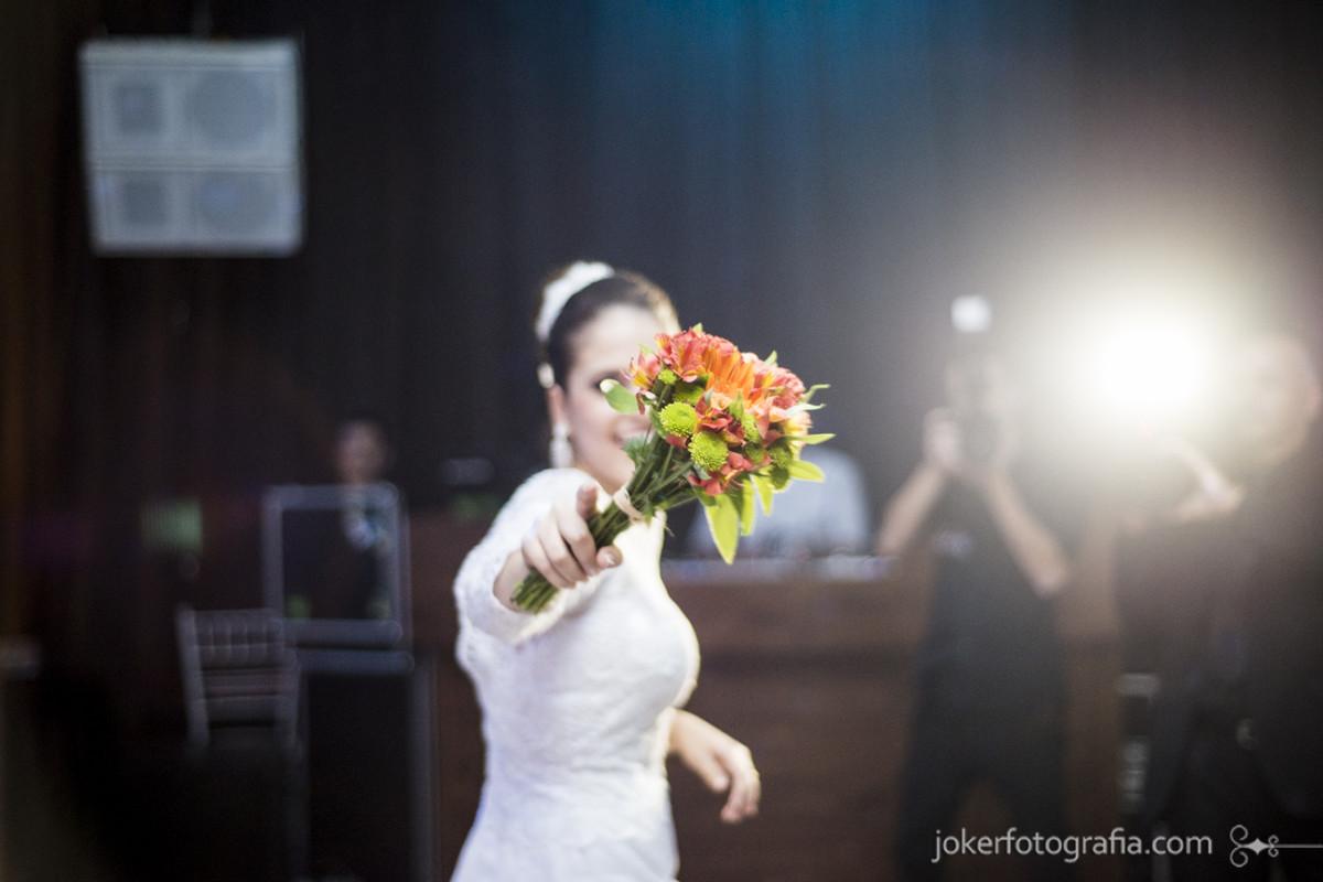 fotógrafo de casamento curitiba noiva jogando buquê