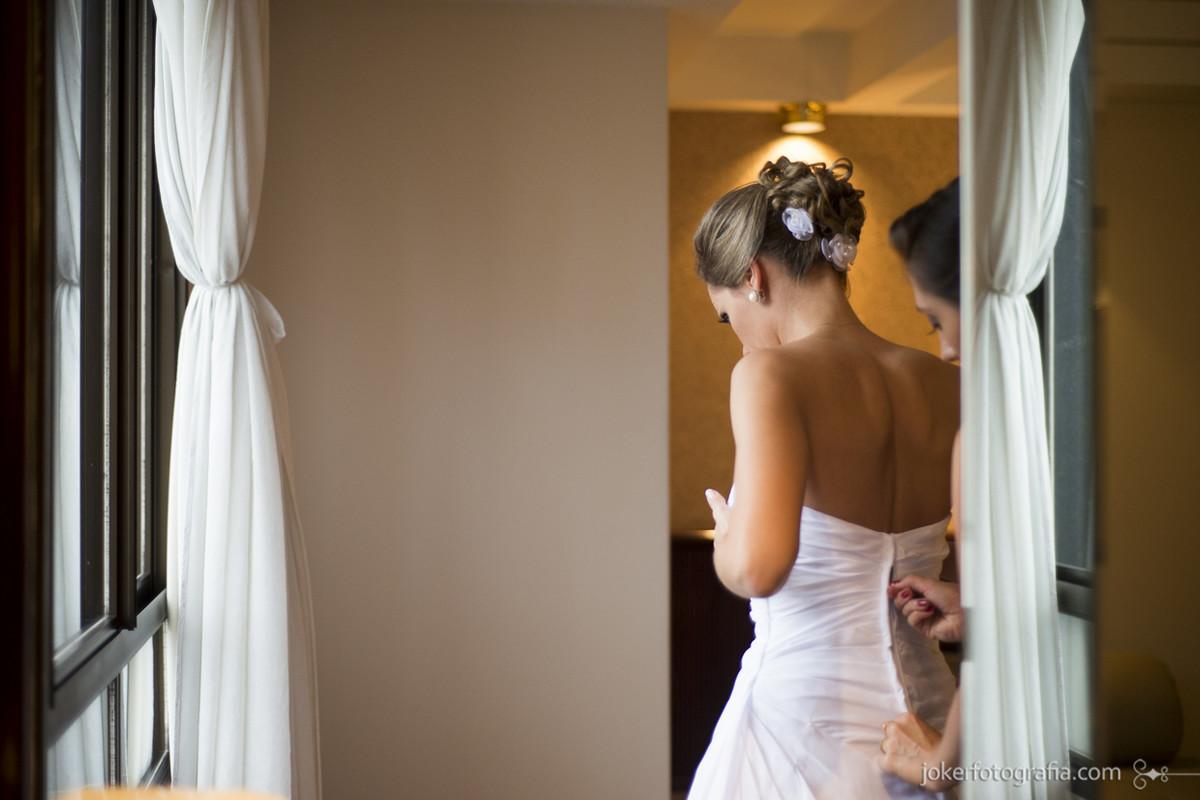008_casamento_curitiba_noiva_pronta_fechando_vestido_de_casamento