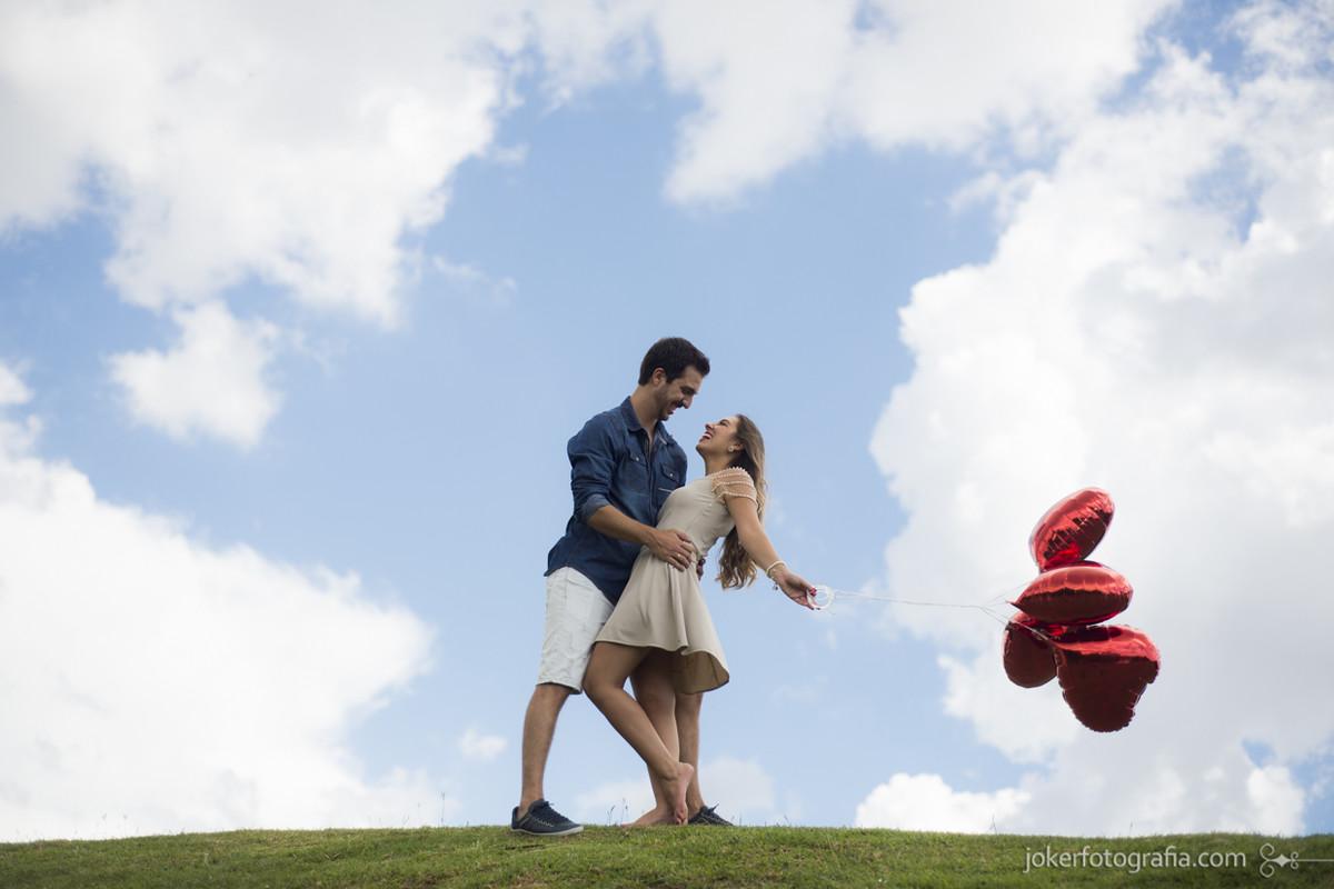 001_ensaio_casal_baloes_coracao_ceu_azul_montanha_colina