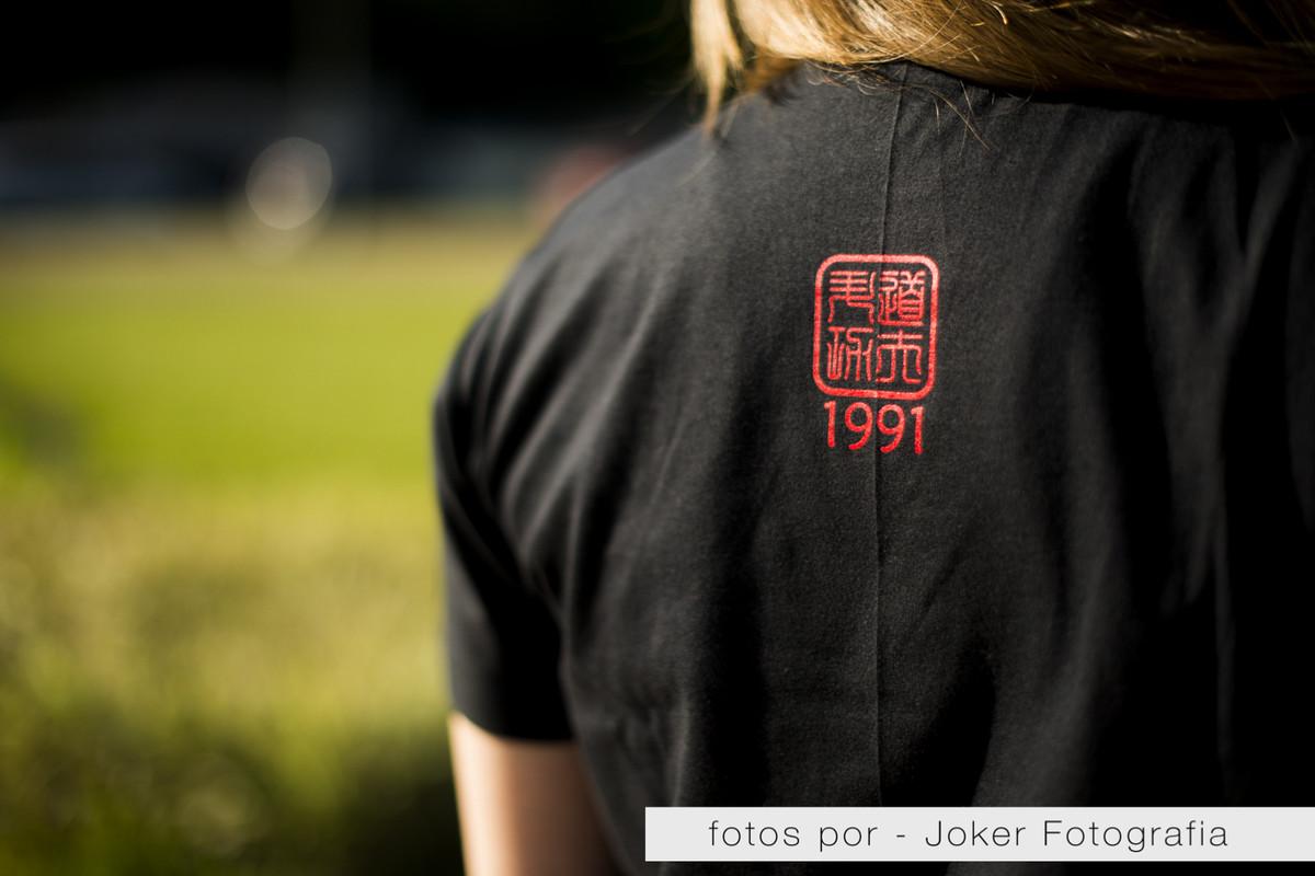 004-fotografia_de_produtos_da_academia_senda_1991_logo_detalhe_camiseta_costas