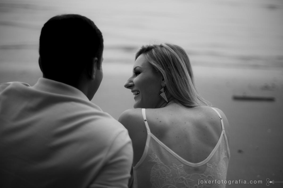 casal de noivos conversando na praia
