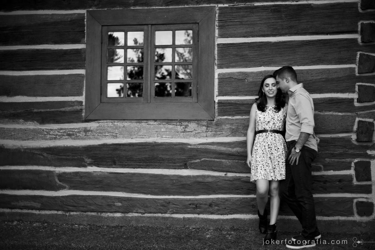 ensaio de casal pré-wedding no campo
