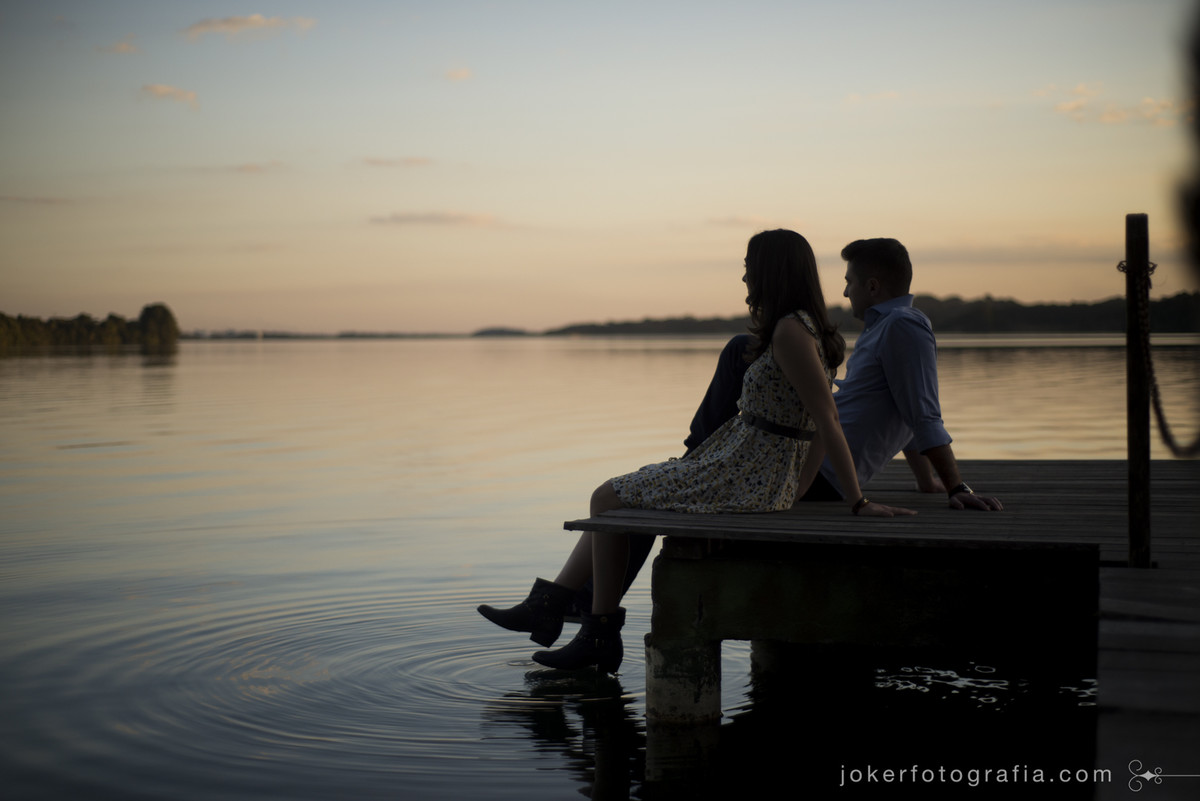 casal aproveitando o por do sol no lago