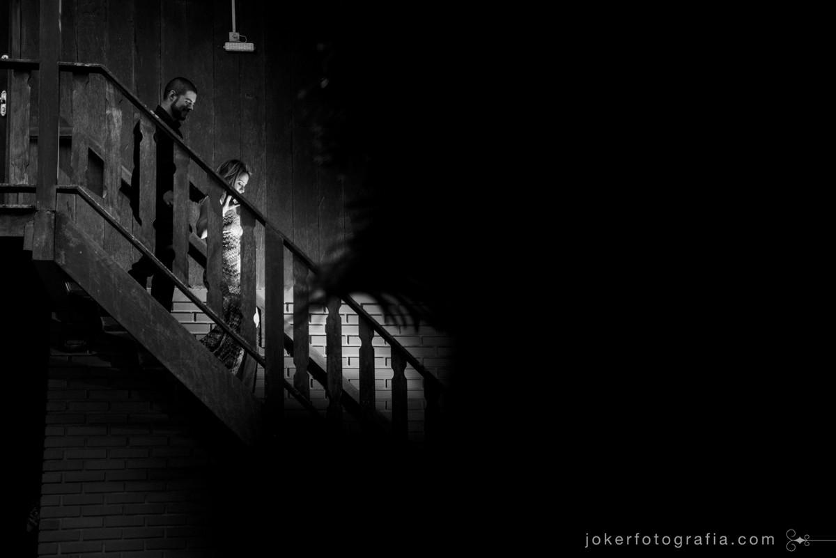 casal descendo a escada para entrada dos noivos