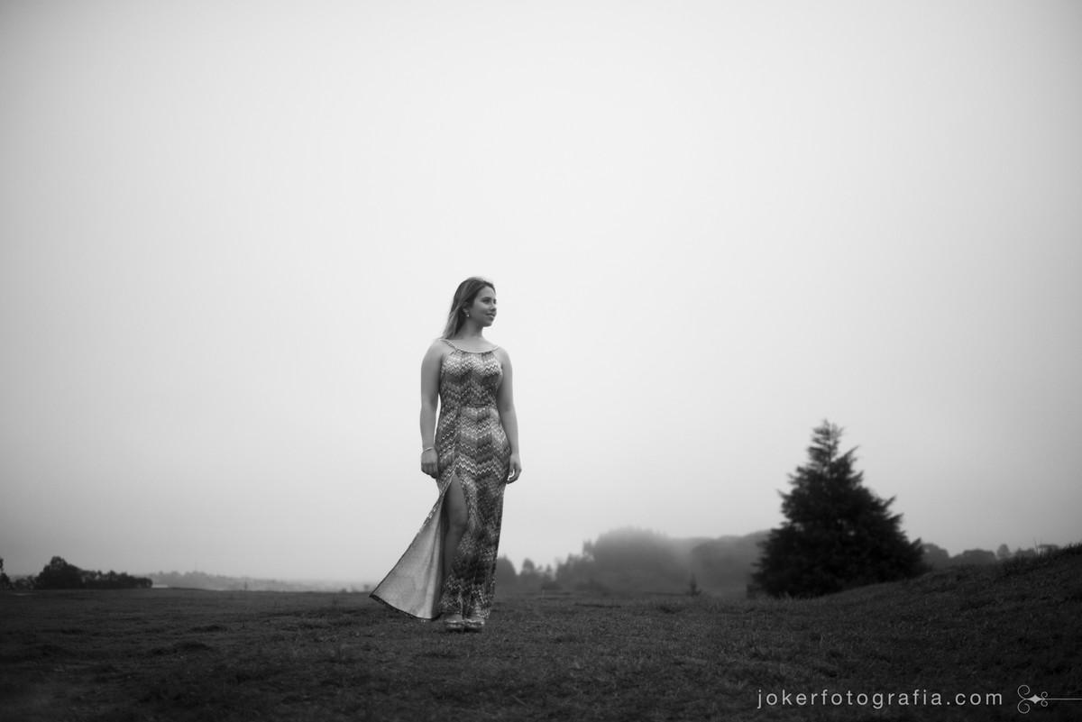 ensaio em lugar alto com paisagem cinzenta e neblina