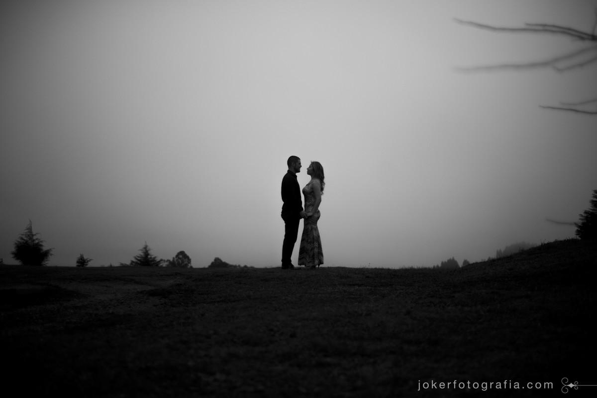 ensaio de casamento diferente nas alturas em dia chuvoso com fotógrafo de curitiba