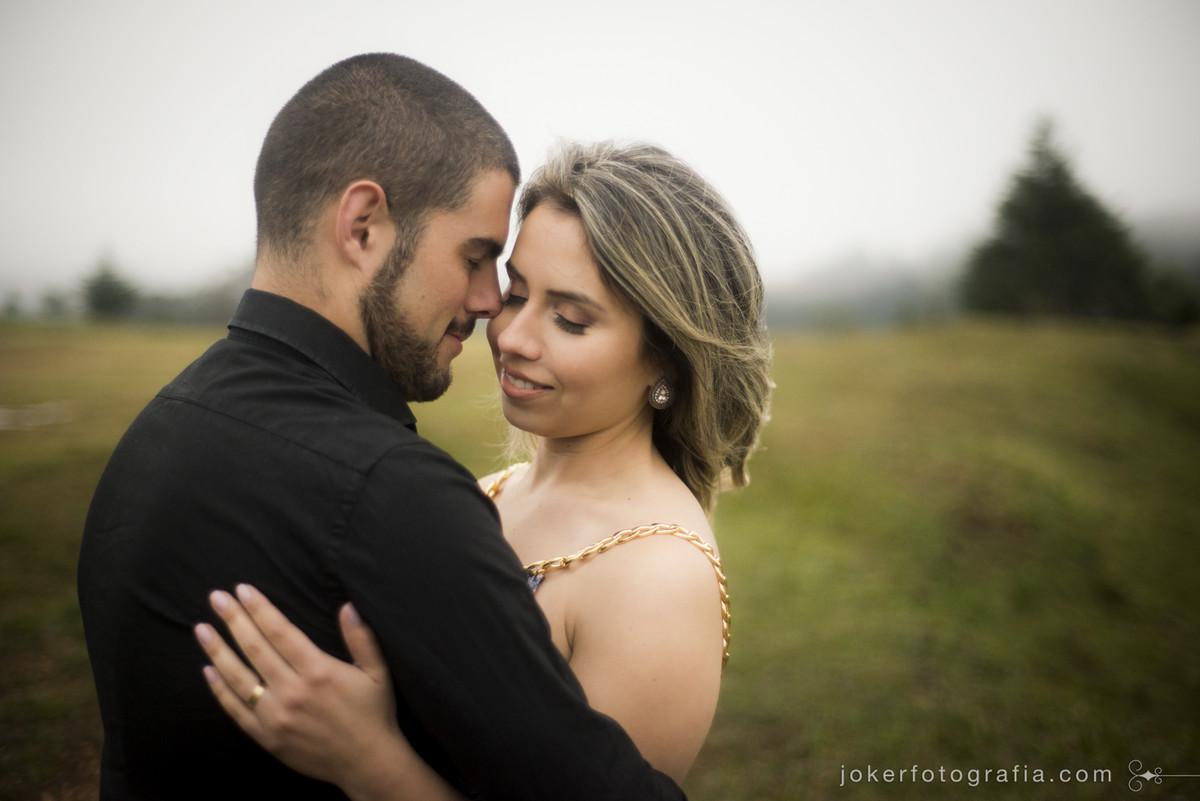 fotógrafo de curitiba faz ensaio de casal em dia nublado