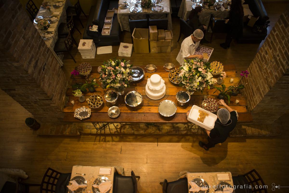 empresa de docinhos de casamento doceira em curitiba arrumando mesa de doces no dom parma