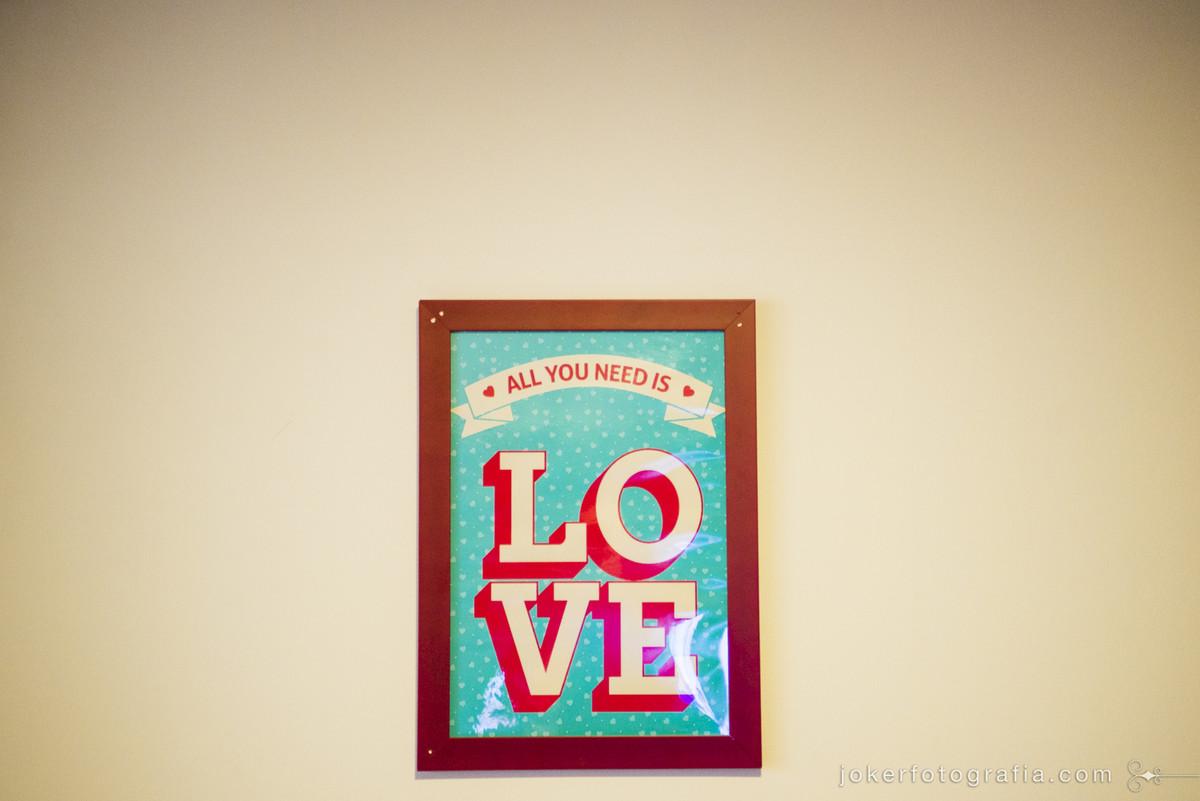 all you need is love quadro com frase dos beatles para decoração do apartamento