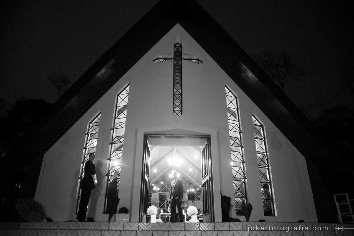 noivo na porta da igreja nossa senhora de salette esperando pela noiva