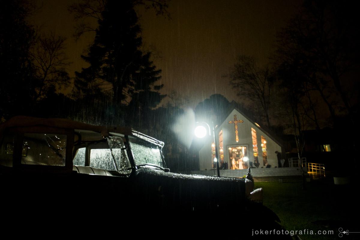 melhores fotógrafos de casamento curitiba fotografam casamento com chuva e de noite na capela nossa senhora de salette