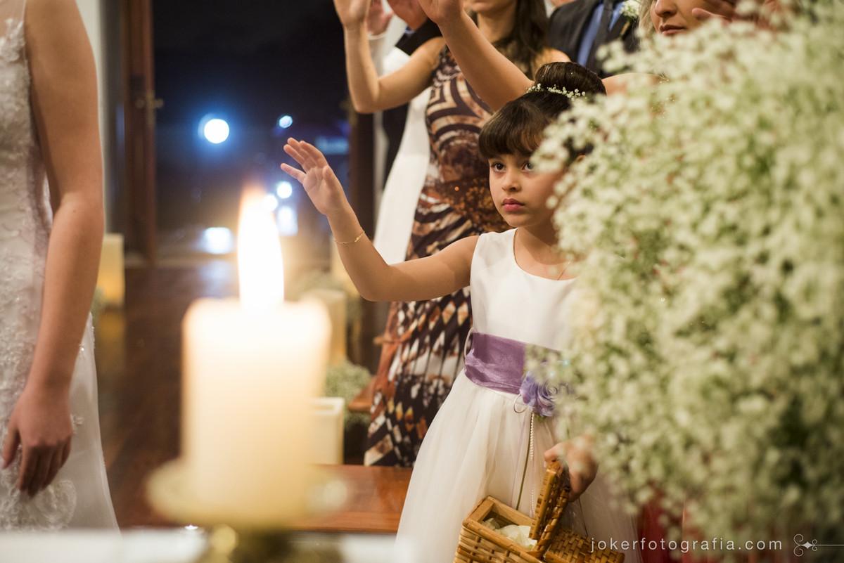 daminha durante a cerimonia de casamento
