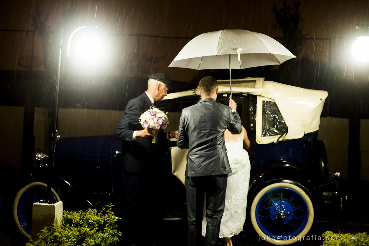 casamento em dia de chuva carro dos noivos do elcio garagem do tempo