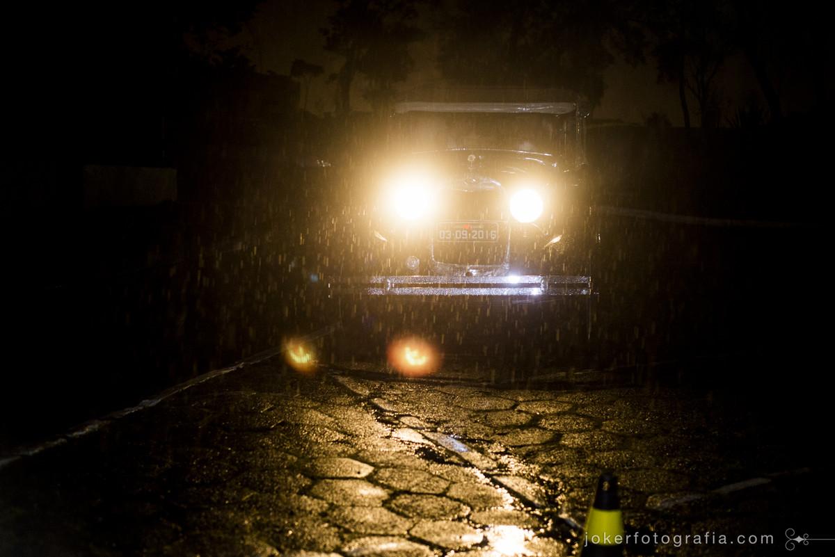 carro da noiva em dia de chuva