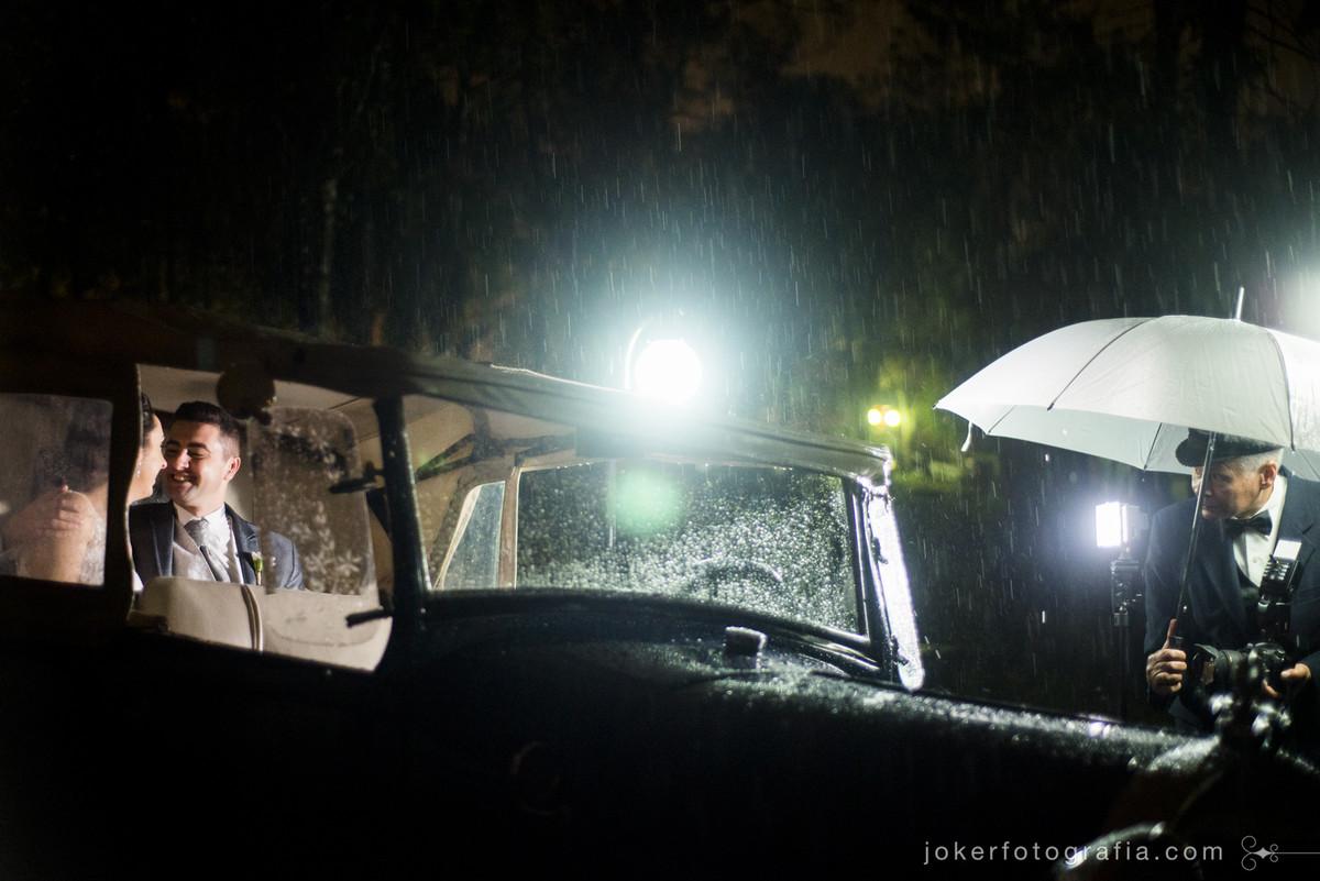 carro dos noivos garagem do tempo casamento com chuva
