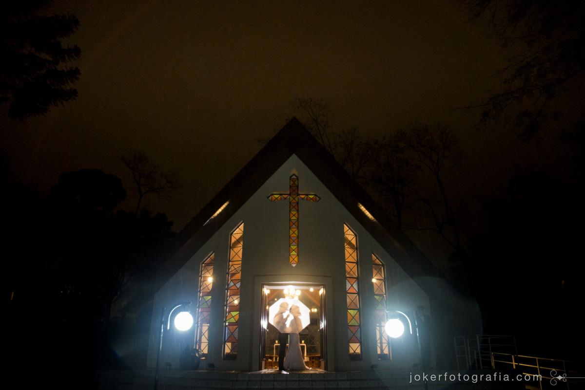 capela nossa sra de salette em dia de chuva casamento com guarda chuva