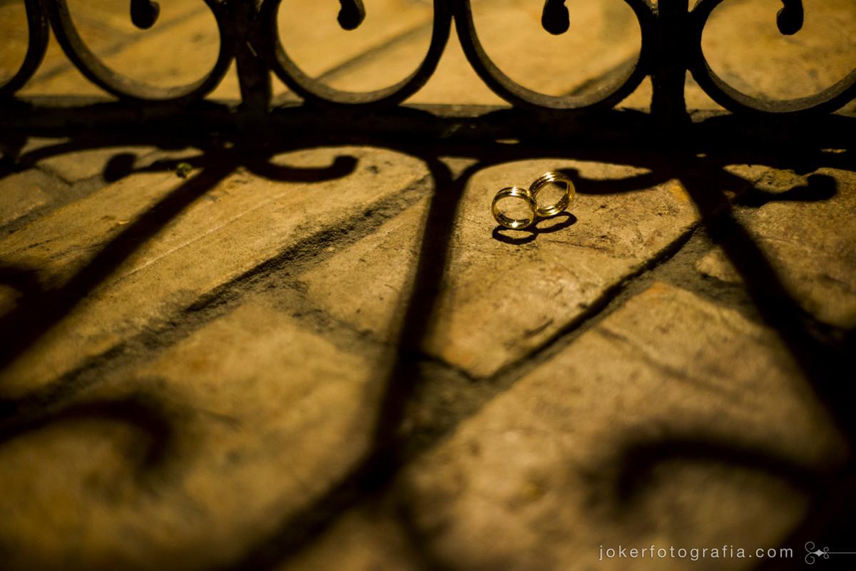 fotógrafo de casamento faz fotos incríveis das alianças