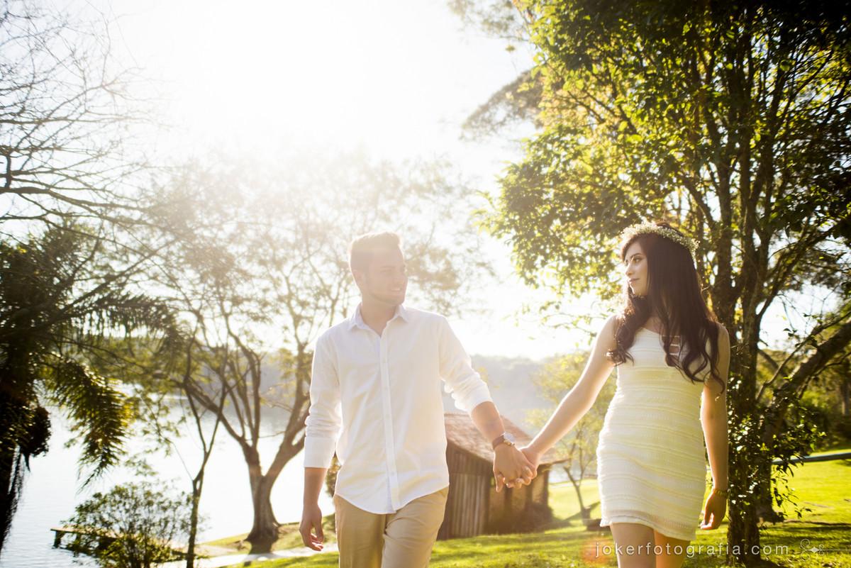 casal caminhando ao por do sol no laggus residencial nautico