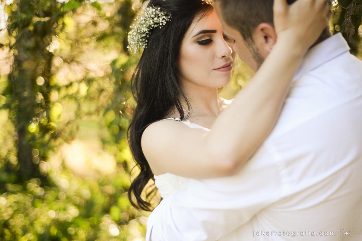 casal jovem e noiva de cabelo solto