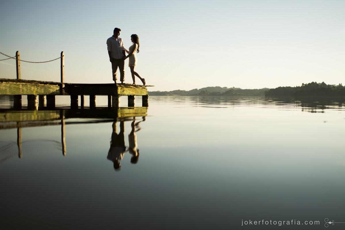 reflexo dos noivos no lago do laggus
