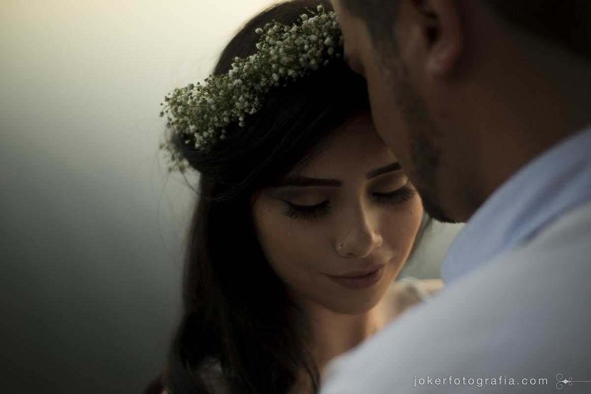 noiva jovem com guirlanda de flores