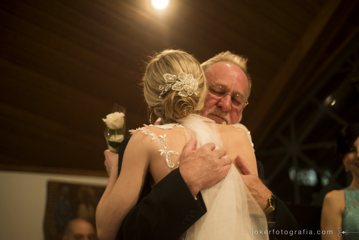abraço do pai da noiva ao entregar ela ao marido no dia do casamento