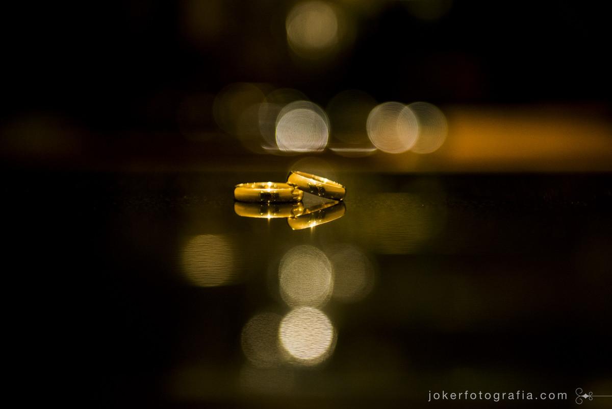 alianca dos noivos em ouro e personalizada