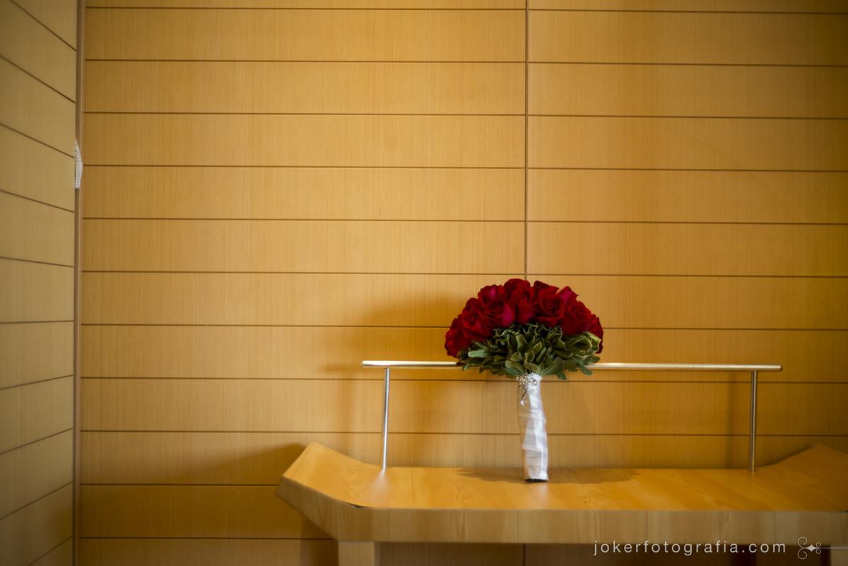 buque de noiva com rosas vermelhas está sempre na moda
